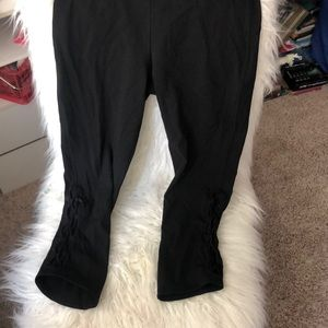black lululemon cropped leggings